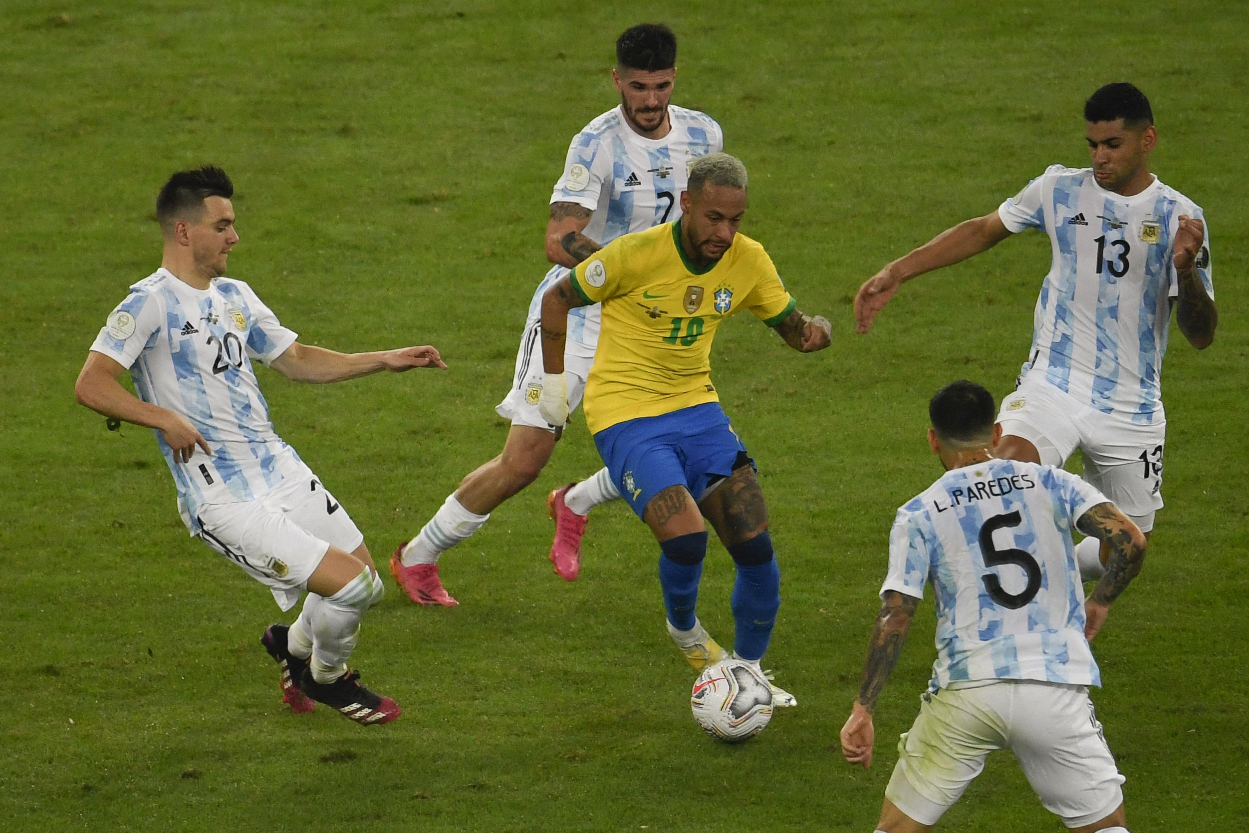 मैच के दौरान नेमार पर काबू पाने के लिए अर्जेंटीना के 4 डिफेंडर्स लगे। ये रणनीति सफल रही और नेमार कोई गोल नहीं कर सके।