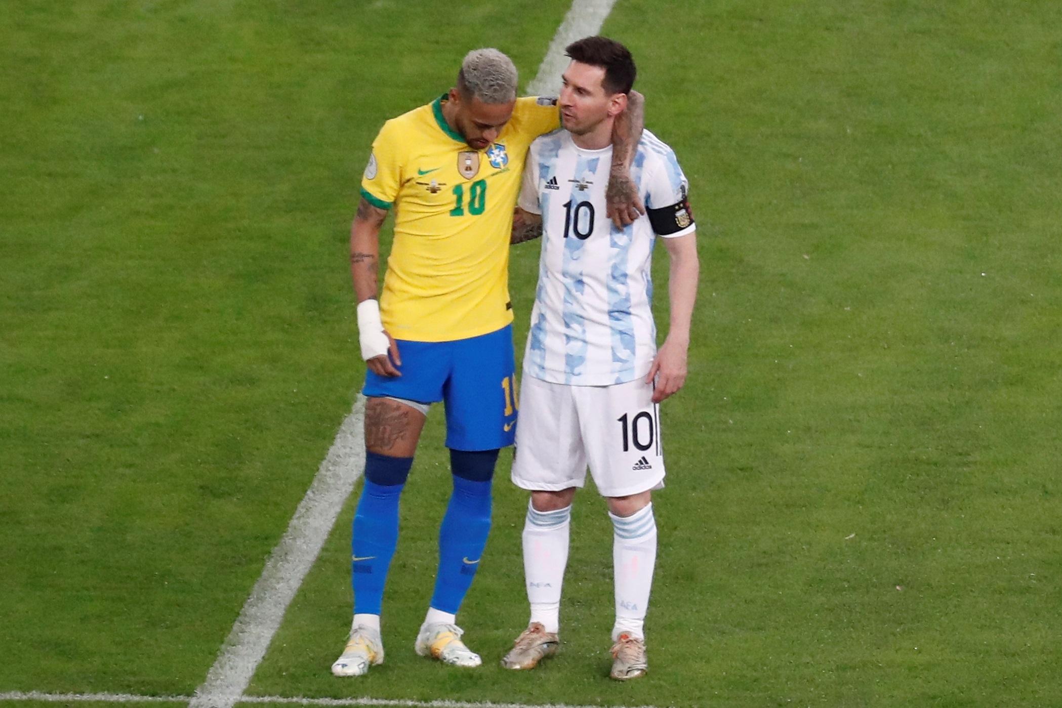 मैच की शुरुआत में नेमार और मेसी एक साथ नजर आए। दोनों एक ही क्लब बार्सिलोना के लिए खेल चुके हैं।