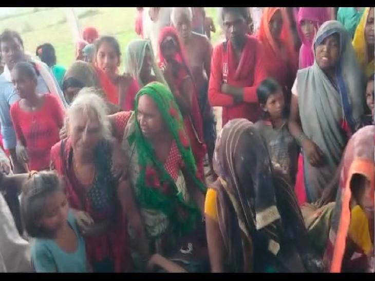 कोरांव में दो मासूम बच्चों की मौत के बाद रोते-बिलखते परिजन व महिलाएं।