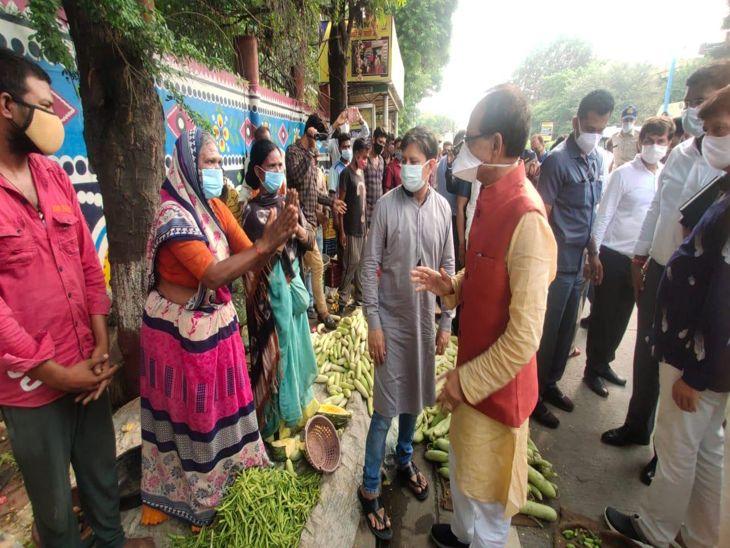 फुटपाथ दुकानदारों और ऑटो चालकों से मिले शिवराज सिंह, कहा- परेशानी नहीं आने दी जाएगी; लग गई भीड़|इंदौर,Indore - Dainik Bhaskar