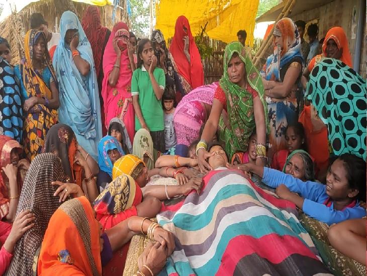 घूरपुर में किशोर विमलेश की मौत के बाद गांव में मातम पसर गया। रोती-बिलखतीं महिलाएं।