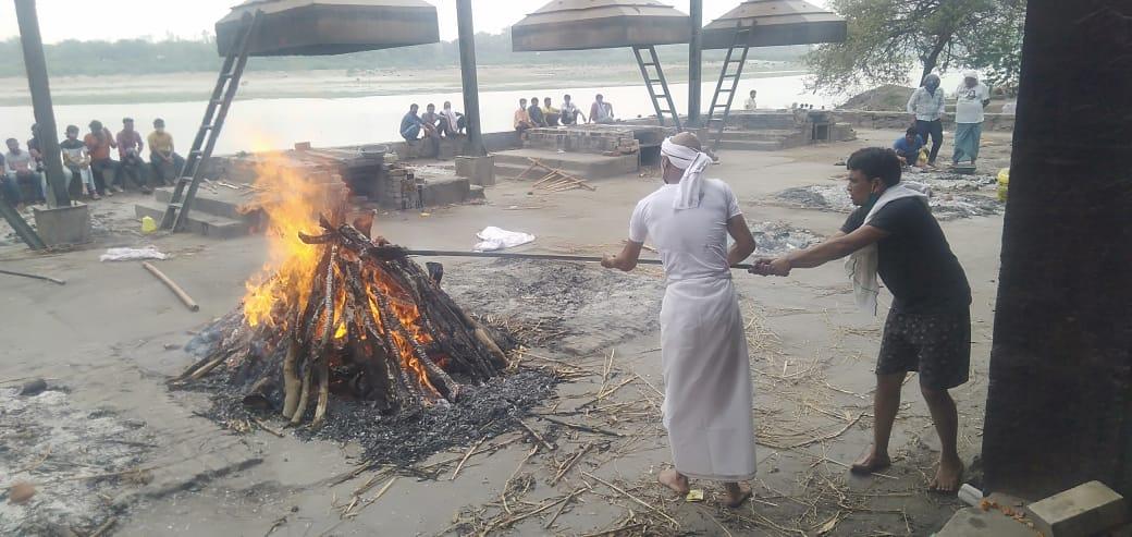 आगरा के ताजगंज श्मशान घाट पर आज सात शवों का हुआ अंतिम संस्कार, दर्शन करने के लिए बड़ी संख्या में पहुंचे लोग आगरा,Agra - Dainik Bhaskar