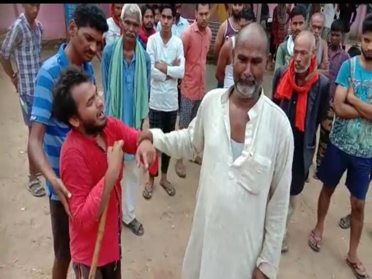 जमीनी विवाद को लेकर दबंगों ने लाठी-डंडों से हमला कर दिया, सिर में चोट लगने से व्यक्ति ने तोड़ा दम; पुलिस दिव्यांग बेटे को दिया कार्रवाई का भरोसा|मिर्जापुर,Mirzapur - Dainik Bhaskar