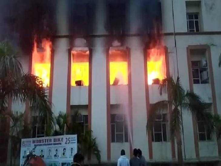 कंप्यूटर लैब में आग लगने से रखा सामान हुआ जलकर राख, शॉट सर्किट होने की जताई जा रही आशंका|गौतम बुद्ध नगर,Gautambudh Nagar - Dainik Bhaskar