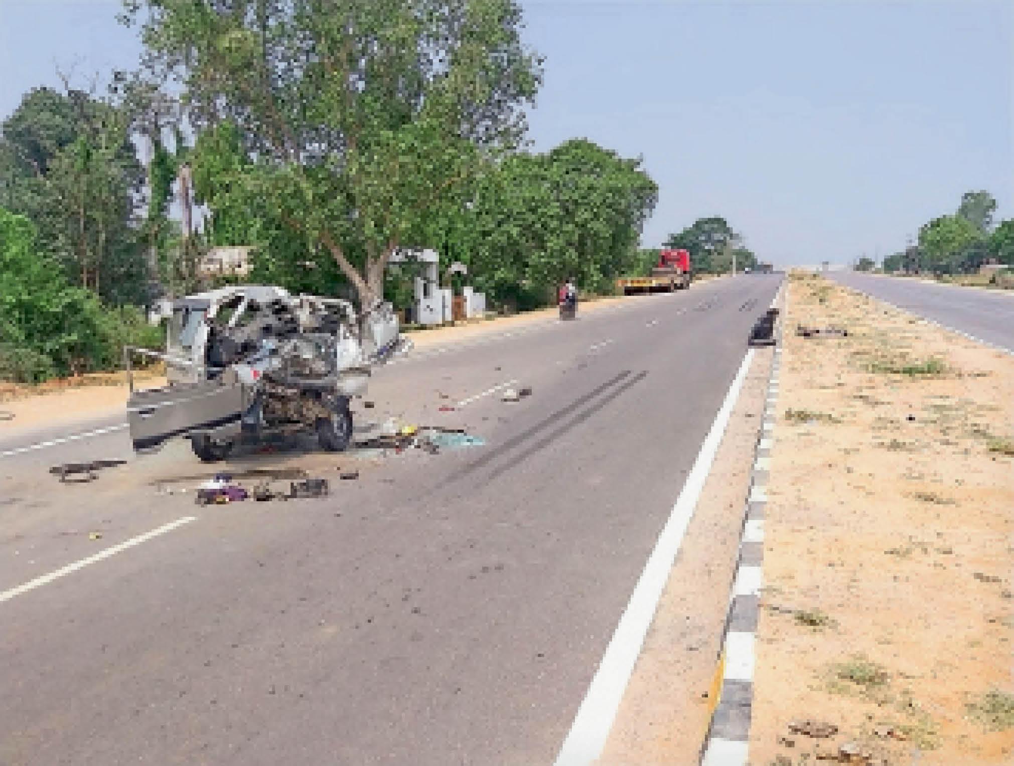 चित्रकूट से लौट रहे परिवार की कार टैंकर से टकराई, लोगों की मौत|टीकमगढ़,Tikamgarh - Dainik Bhaskar