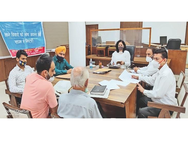 शनिवार को लेबर कोर्ट में केसेज की सुनवाई करतीं जज अंशुल बेरी। - Dainik Bhaskar