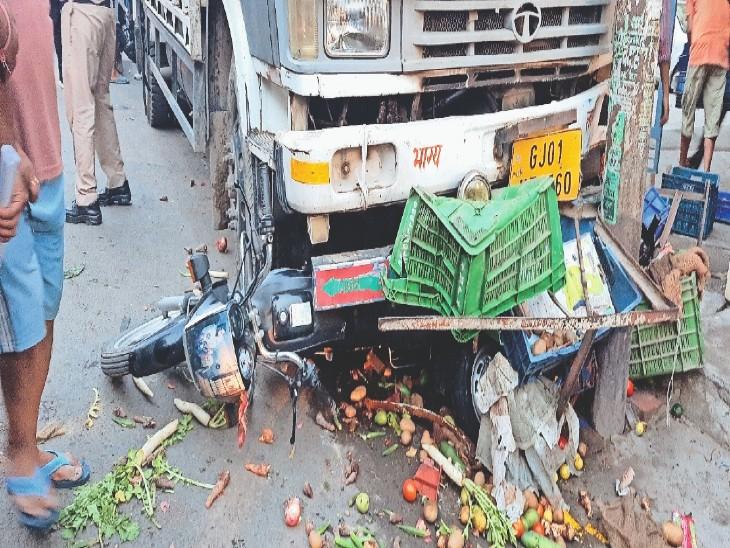 कालका बाजार में कैंटर के नीचे आया बाइक। बाइक किनारे पर पार्क था। - Dainik Bhaskar