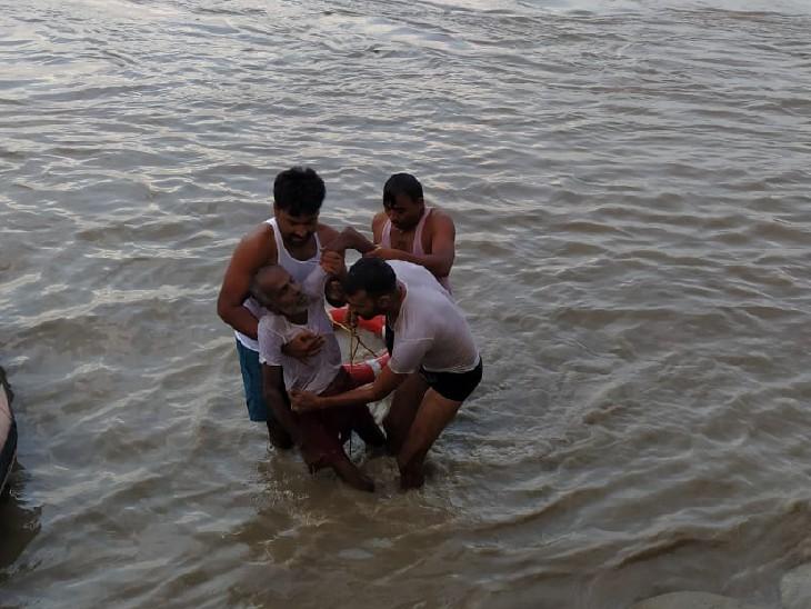 वैशाली में गंडक पुल पर डूब रहा था बुजुर्ग, SDRF की टीम ने जिंदा निकाला; पानी से निकलने के बाद बुजुर्ग ने तोड़ा दम वैशाली,Vaishali - Dainik Bhaskar