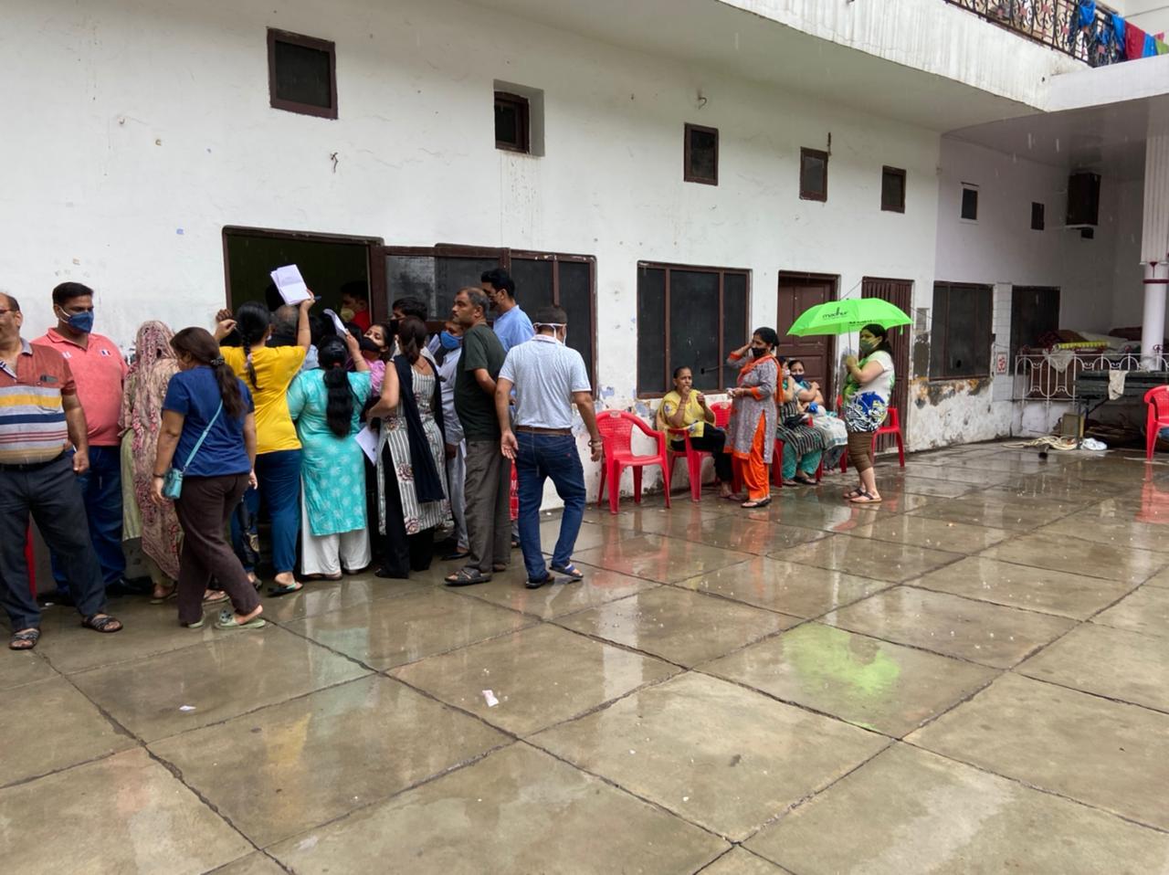 अमृतसर में कोरोना वैक्सीन की 15 हजार डोज में से 12870 एक ही दिन में लग गई, बारिश में भी लोगों ने करवाया वैक्सीनेशन|पंजाब,Punjab - Dainik Bhaskar