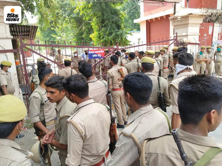 दोनों आतंकियों की पेशी के दौरान लखनऊ कलेक्ट्रेट में सुरक्षा व्यवस्था के कड़े प्रबंध रहे।