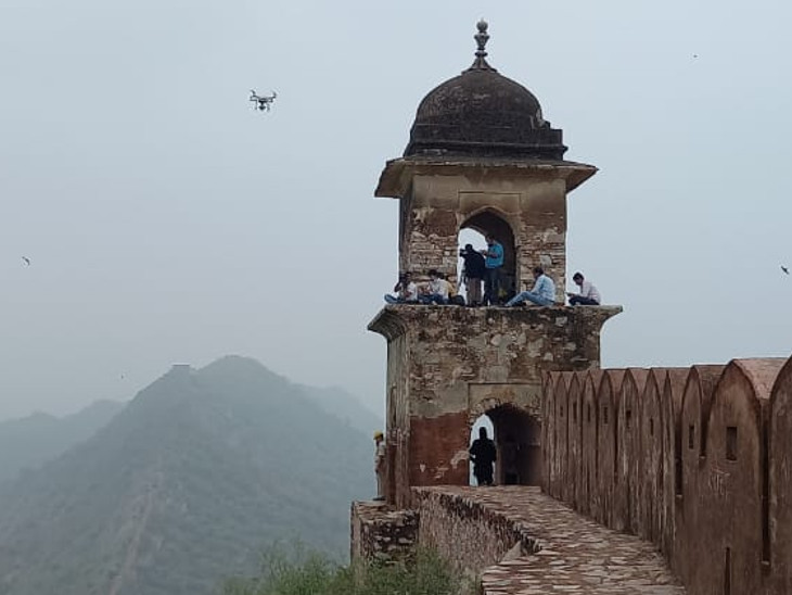 आमेर महल के सामने वॉच टावर पर गिरी बिजली।