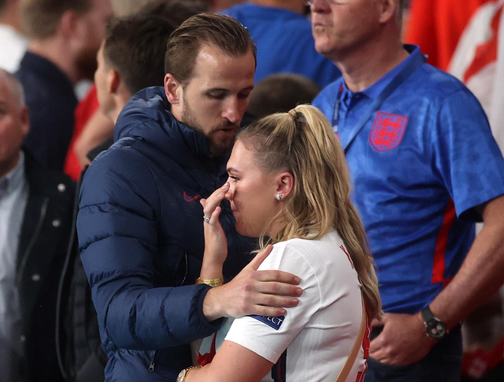 हैरी कैन की पत्नी कैटी गुडलैंड हार के बाद आंसू नहीं रोक सकीं।