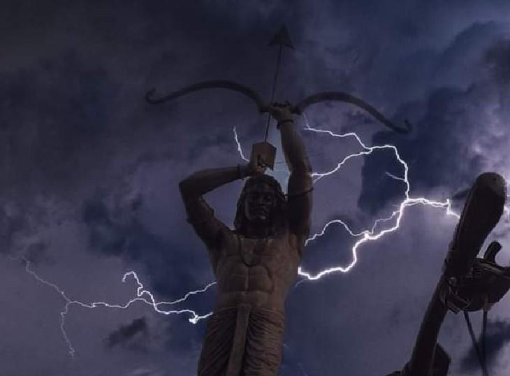 जयपुर के SMS स्टेडियम पर लगी अर्जुन की प्रतिमा, फोटो देखकर ऐसा लग रहा है मानो जैसे अर्जुन ने जैसे ही तीर चलाने के लिए बाण उठाया, पूरा आसमान बिजली से गड़गड़ा उठा।