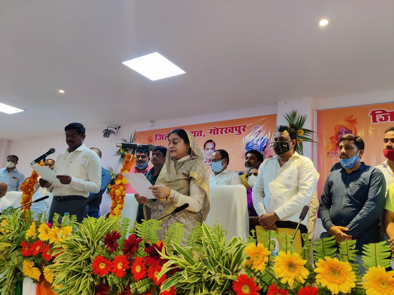 BJP से निर्विरोध निर्वाचित हुई थीं साधना सिंह, 68 जिपं सदस्यों को भी दिलाई गई ली शपथ|गोरखपुर,Gorakhpur - Dainik Bhaskar