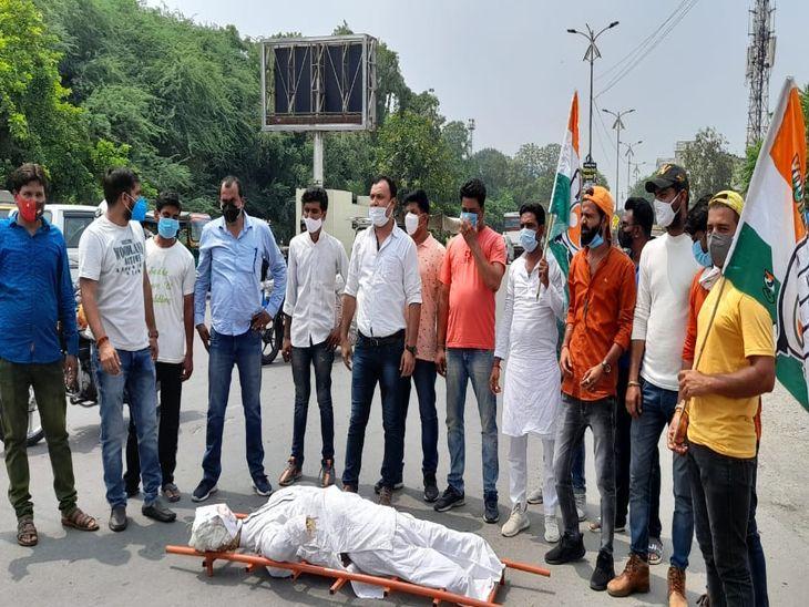 प्रधानमंत्री का पुतला फूंका; कहा-महंगाई से हर वर्ग दुखी, इस पर अंकुश लगाने के लिए केन्द्र सरकार करे ठोस कार्यवाही|अजमेर,Ajmer - Dainik Bhaskar