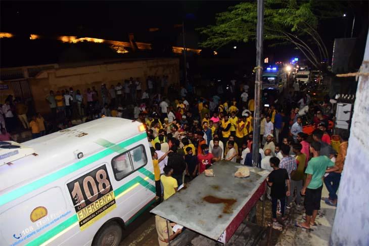 आमेर महल के निचले हिस्से में एक के बाद एक कई एंबुलेंस से घायलों व मृतकों को अस्पताल ले जाया गया।