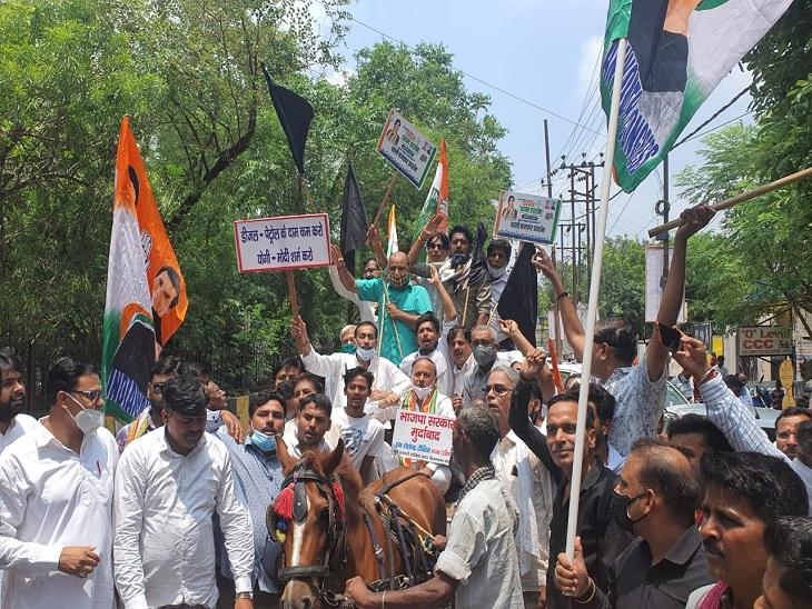 पेट्रोल-डीजल के दामों में हो रही वृद्धि के विरोध में प्रदर्शन, केंद्र सरकार से किए सवाल|कानपुर,Kanpur - Dainik Bhaskar
