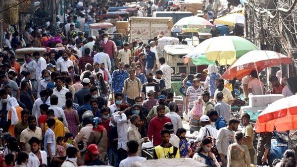 दिल्ली के सदर बाजार में भी लोग कोविड गाइडलाइन भूलकर खरीदारी करने निकल रहे हैं।