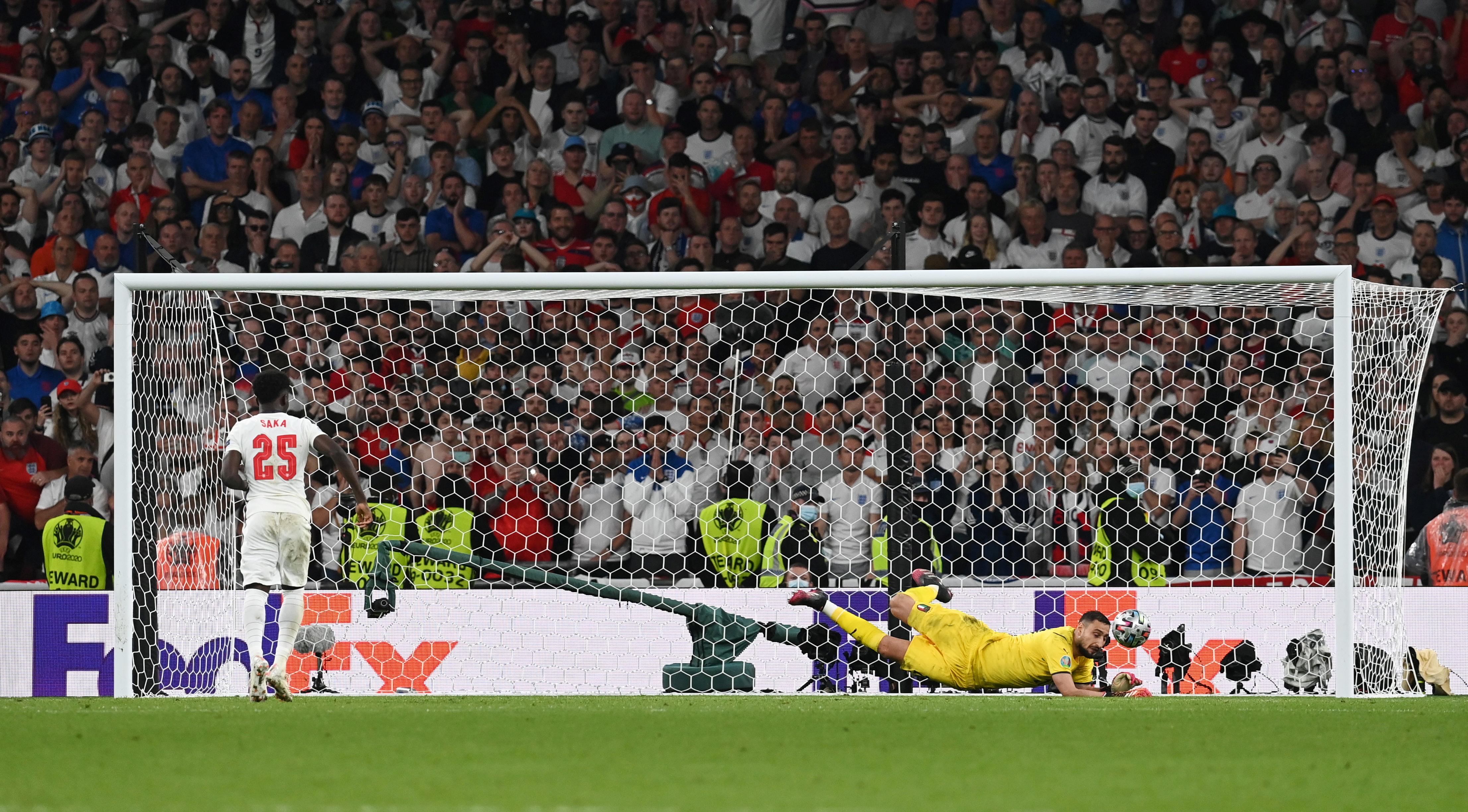 पेनल्टी शूटआउट में इंग्लैंड के बुकायो साका गोल करने से चूक गए। इसी के साथ इंग्लैंड का पहला यूरो कप खिताब जीतने का सपना भी टूट गया।