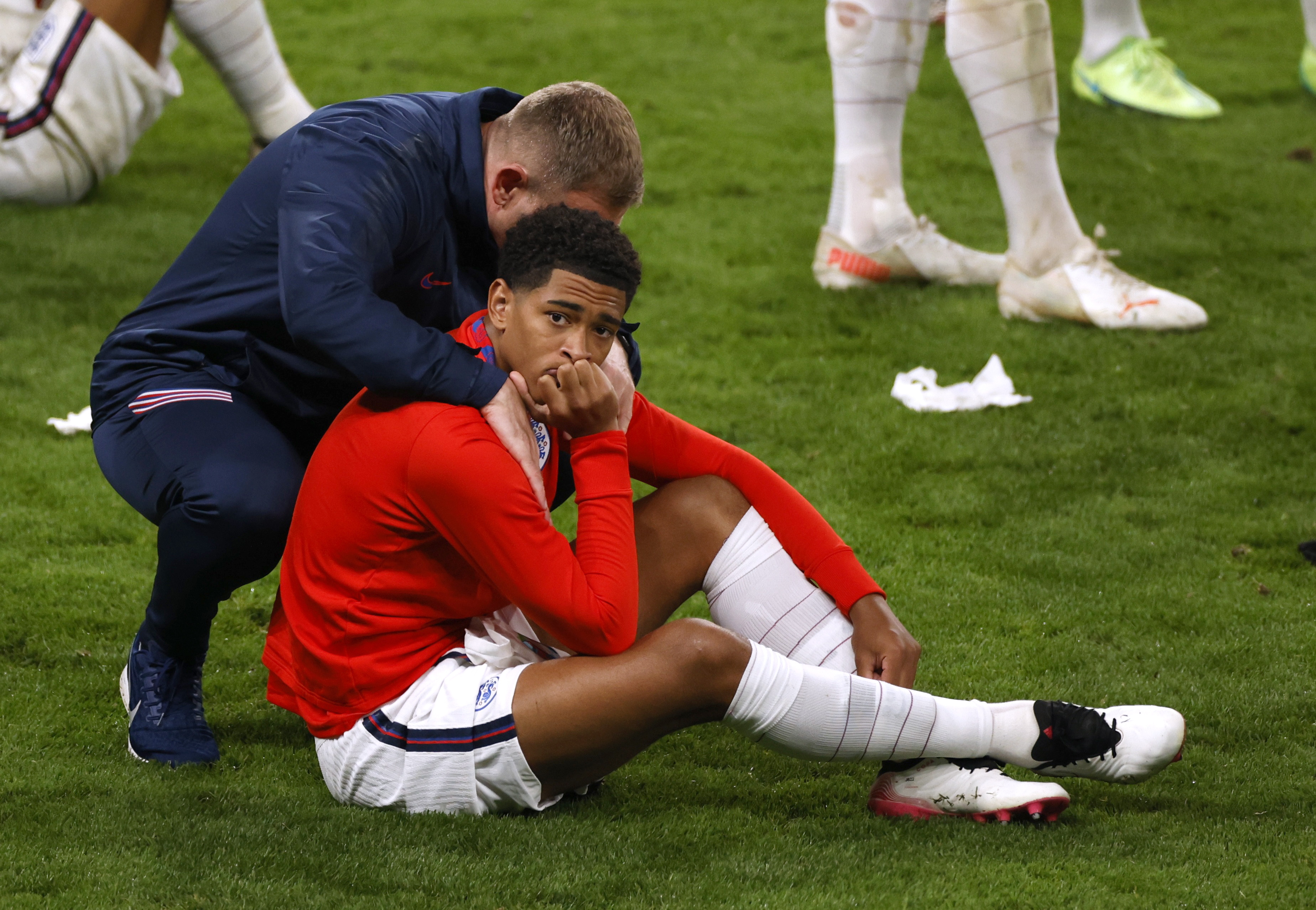 इंग्लैंड के प्लेयर जुडे बेलिंघम मैदान पर निराश होकर बैठ गए। मैच 1-1 से बराबरी पर खत्म होने के बाद पेनल्टी शूटआउट में गया था।