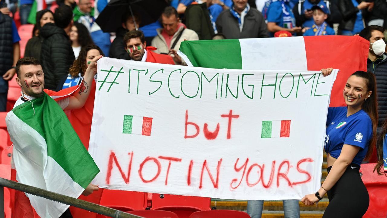 स्टेडियम के अंदर इटली के फैंस गर्मजोशी में दिखे। उन्होंने बताया कि ट्रॉफी रोम ही जाएगी।
