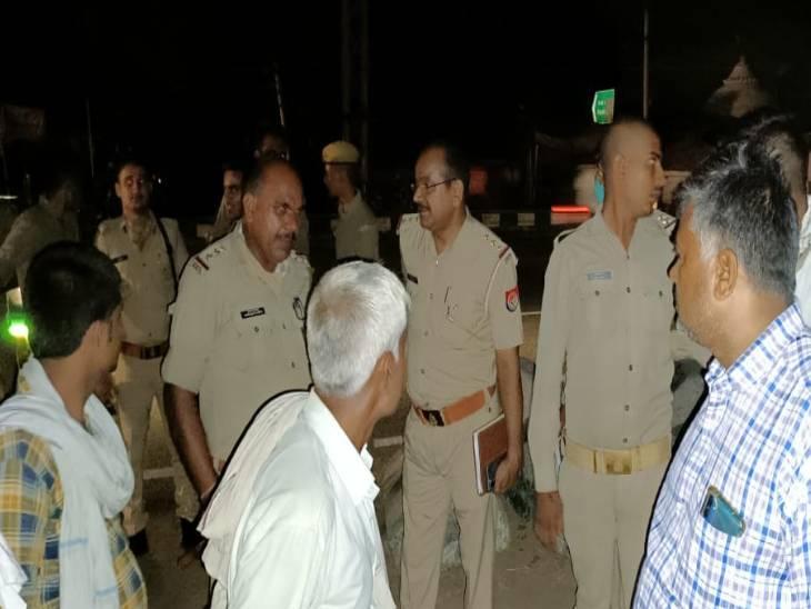 सड़क पार करते समय मजदूर को कार ने मारी टक्कर, मौके पर मौत, परिजनों ने किया जमकर हंगामा|फिरोजाबाद,Firozabad - Dainik Bhaskar