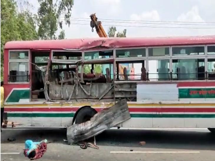 बाइक सवार दंपति को बचाने में ट्रक और रोडवेज बस की जोरदार भिड़ंत, ट्रक में फंस बाइक में लगी आग; एक मौत सहित 6 यात्री घायल|फिरोजाबाद,Firozabad - Dainik Bhaskar