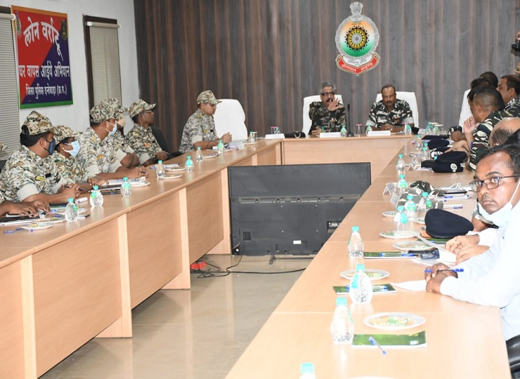 अफसरों ने जिले में चल रहे विकास कार्यों व इन कार्यों के लिए लगी सुरक्षा की जानकारी ली।