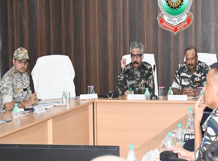 स्पेशल DG व CRPF ADG ने कारली में अफसरों की लीबैठक, अलर्ट रहनेदिए निर्देश,लोन वर्राटू अभियान की तारीफभीकी दंतेवाड़ा,Dantewada - Dainik Bhaskar