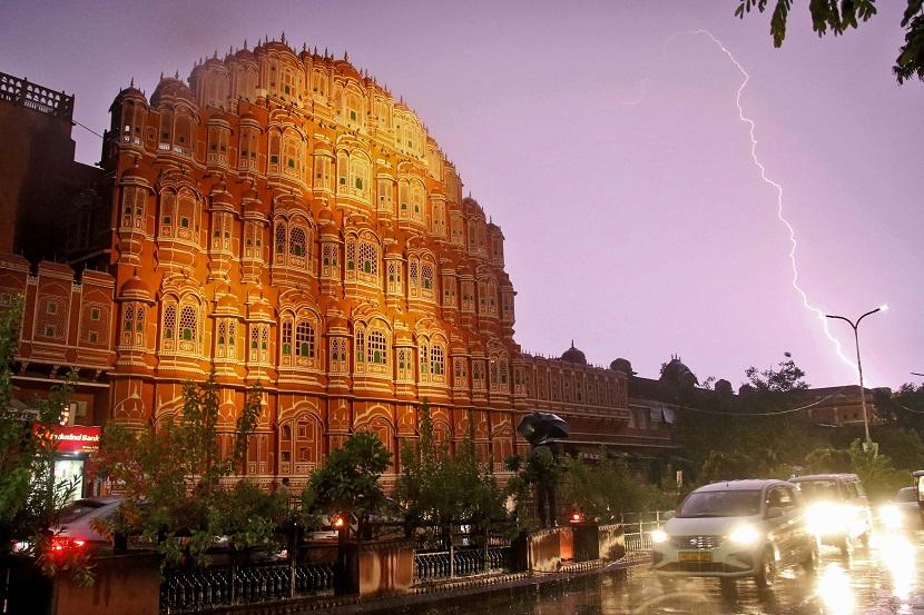 हवा महल से दिख रहा आमेर महल की ओर यूं गिरी बिजली।