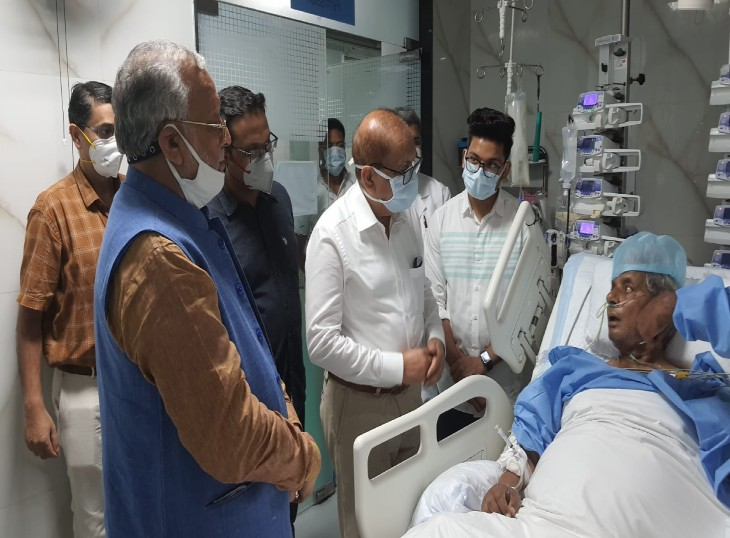 प्रदेश के चिकित्सा शिक्षा मंत्री सुरेश खन्ना भी सोमवार को पीजीआई पहुंचे,कल्याण सिंह से मिलकर उनका हाल चाल जाना