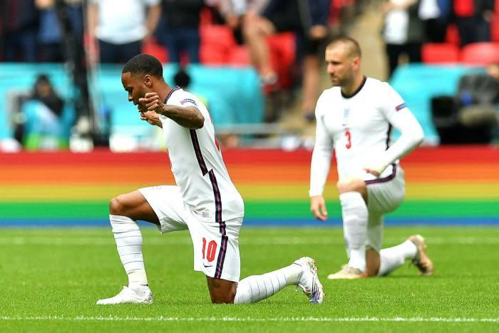 नस्लवाद के खिलाफ दुनिया को मैसेज देते इंग्लैंड के फुटबॉल प्लेयर।