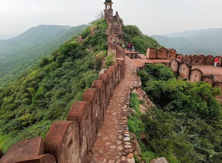 रविवार को वीकेंड कर्फ्यू खत्म होने पर लोग आमेर में वॉच टावर पर घूमने पहुंच गए थे।