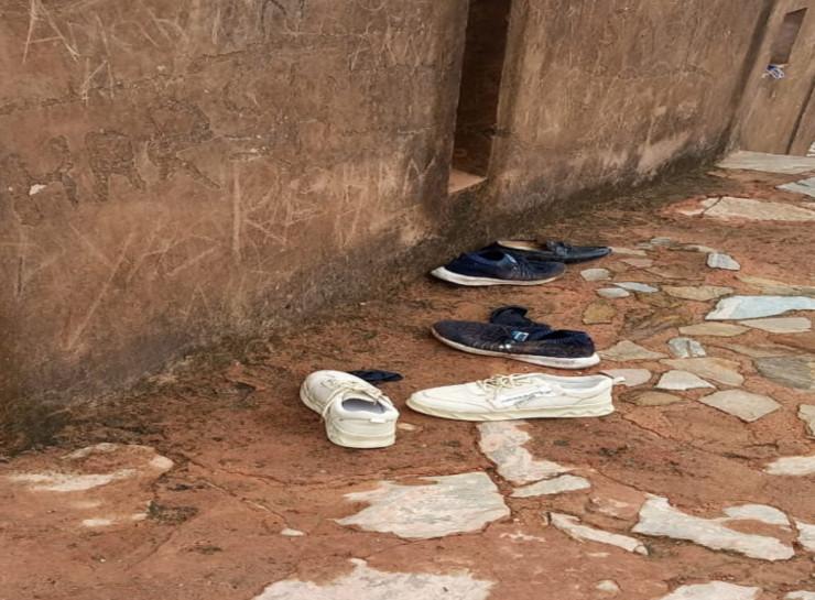 घटना के बाद किले के वॉच टावर पर बिखरे हुए जूते।