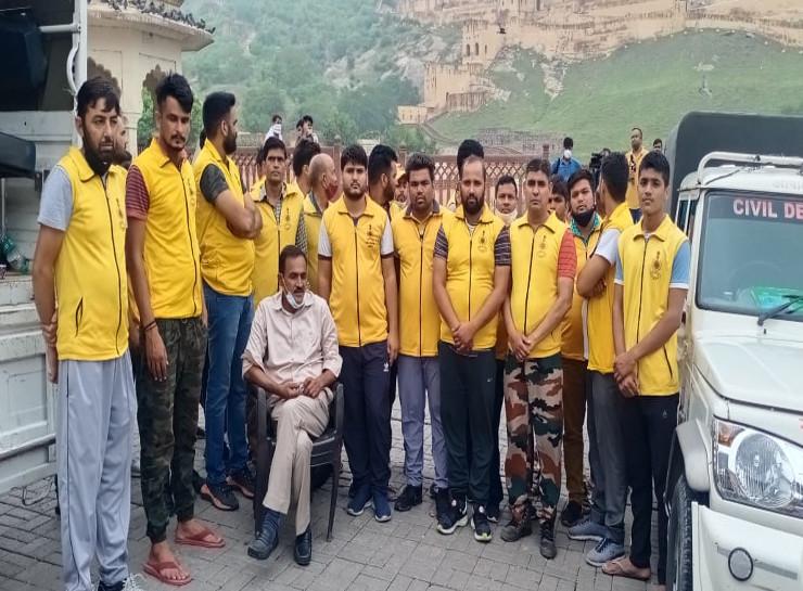 रातभर ऑपरेशन चलाने वाली जयपुर की सिविल डिफेंस टीम। इनकी कोशिशों से कई लोगों को समय पर इलाज मिल सका और उनकी जिंदगी बच गई।