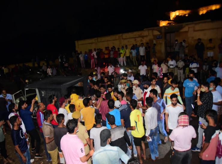 शवों और घायलों को पहाड़ी से नीचे लाया जाता, इससे पहले ही मौके पर एंबुलेंस पहुंच चुकी थीं। 10 से 12 एंबुलेंस से घायलों और शवों को एसएमएस अस्पताल पहुंचाया गया।