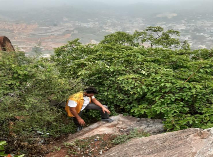 500 मीटर की ऊंचाई पर सोमवार सुबह 7 बजे तक चला रेस्क्यू सर्च ऑपरेशन। पानी गिरने से चट्टानें फिसलन भरी हो गई थीं। ऐसे में यहां बचाव अभियान चलाना आसान नहीं था।