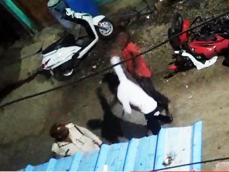पुलिसवाले के बेटे की दुकान और चार बाइक में तोड़फोड़; कार-लोडिंग गाड़ी के कांच भी फोड़े, कांस्टेबल के सामने थप्पड़ जड़ा|मध्य प्रदेश,Madhya Pradesh - Dainik Bhaskar