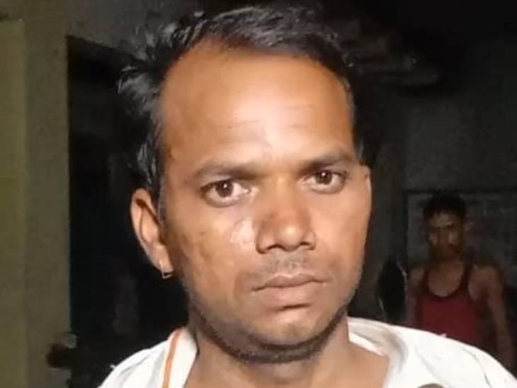 मोहन सिंह का आरोप है कि दारोगा सनी तोमर ने हेलमेट और मास्क न होने पर उसका चालान कर दिया था।