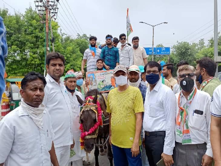 आगरा में महंगाई के विरोध में हल्लाबोल, कलेक्ट्रेट जा रहे कार्यकर्ताओं को पुलिस मे रोका तो सड़क पर ही धरने पर बैठ गए कांग्रेसी|आगरा,Agra - Dainik Bhaskar