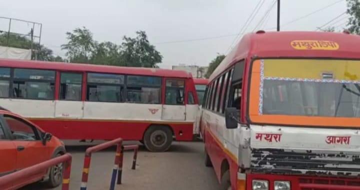 यातायात पुलिस कर्मी से हुए विवाद के बाद रोडवेज कर्मचारियों ने सड़क जाम कर दिया। - Dainik Bhaskar