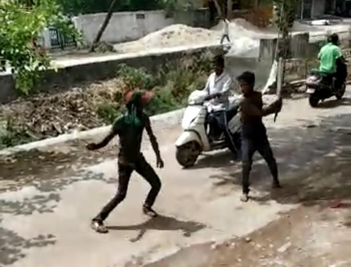 पहले साथ बैठकर पी शराब, फिर मामूली बात पर झगड़े; एक दूसरे पर पत्थर व डंडे से हमला किया कोटा,Kota - Dainik Bhaskar