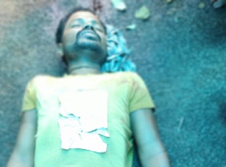 बीजापुर में देर रात घर से अगवा कर ले गए, कुल्हाड़ी से सिर पर वार कर मार डाला; सुबह गांव के चौक पर मिली लाश जगदलपुर,Jagdalpur - Dainik Bhaskar
