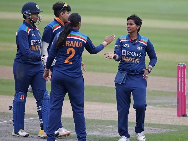 ऑलराउंडर प्रदर्शन के चलते दीप्ति शर्मा को प्लेयर ऑफ द मैच चुना गया। दीप्ति ने 24 रन बनाए, एक विकेट लिया और 2 रनआउट भी किए। - Dainik Bhaskar