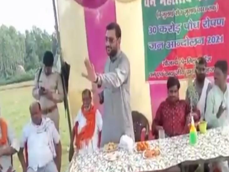 कहा-अपने बेटे के सिर पर हाथ रखकर कसम खाओ कि तुमने मुझे वोट दिया था, गांव में लाइट लगवा दूंगा|बरेली,Bareilly - Dainik Bhaskar