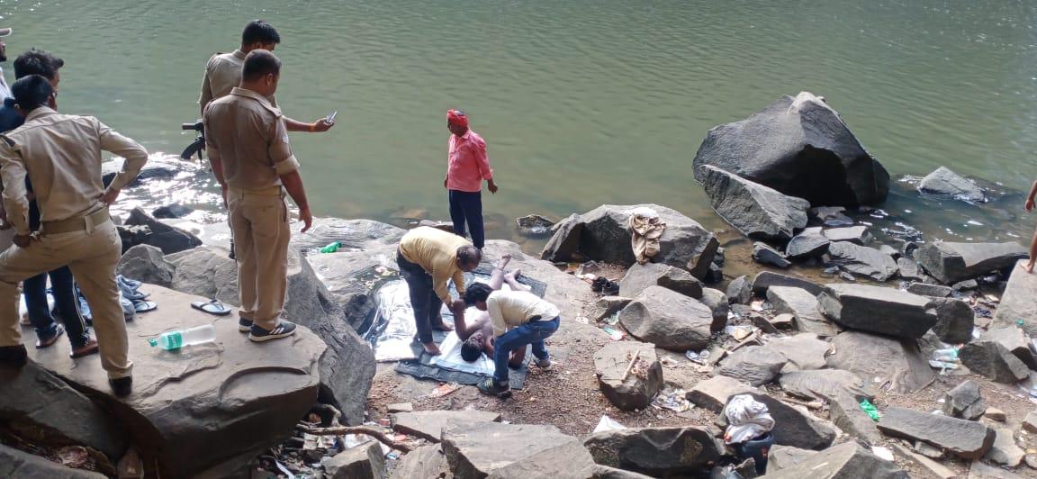 दोस्तों संग पिकनिक मनाने गए थे चूना दरी, पानी में डूबने से हुई मौत; गोताखोरों की मद्द से पुलिस ने बरामद किए शव|मिर्जापुर,Mirzapur - Dainik Bhaskar