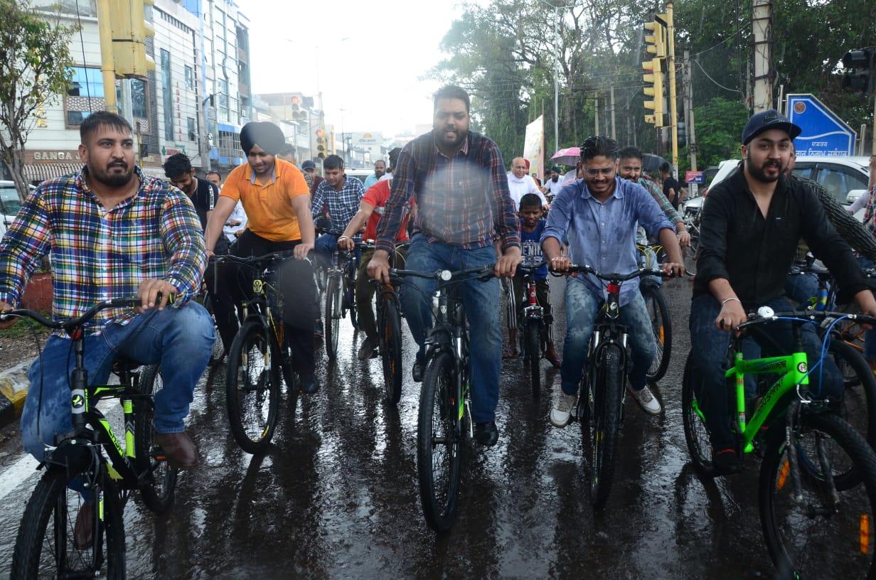 पेट्रोल-डीजल के बढ़े रेट के विरोध में प्रदर्शन, नेता बोले- अगले चुनावों में लोग मोदी सरकार को सबक सिखाएंगे|जालंधर,Jalandhar - Dainik Bhaskar