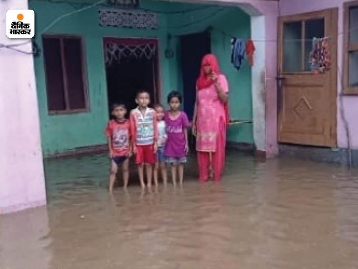 सहारनपुर के अकबरपुर बांस गांव में बाढ़ का पानी भरा।
