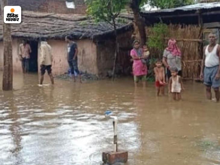 सहारनपुर के अकबरपुर बांस गांव में पानी के भराव से लोग घरों में कैद हो गए हैं।