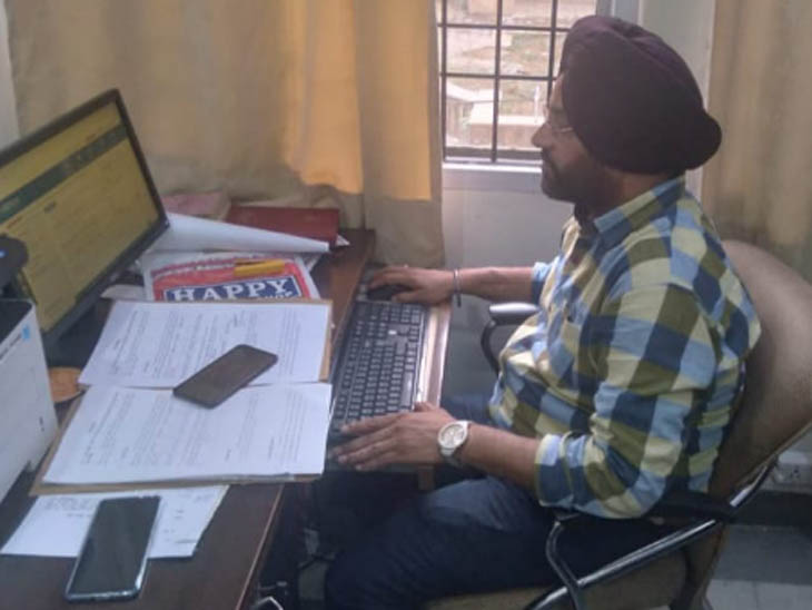 नॉर्थ इंडिया के पहले डिजिटल करेंसी फ्रॉड मामले के तथ्य खंगालते साइबर क्राइम सैल इंचार्ज प्रीतपाल सिंह। - Dainik Bhaskar